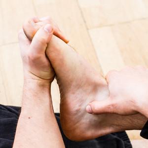 auto-massage pieds entrelacer orteils