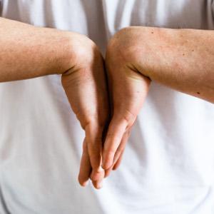 auto-massage poignets etirement extenseurs